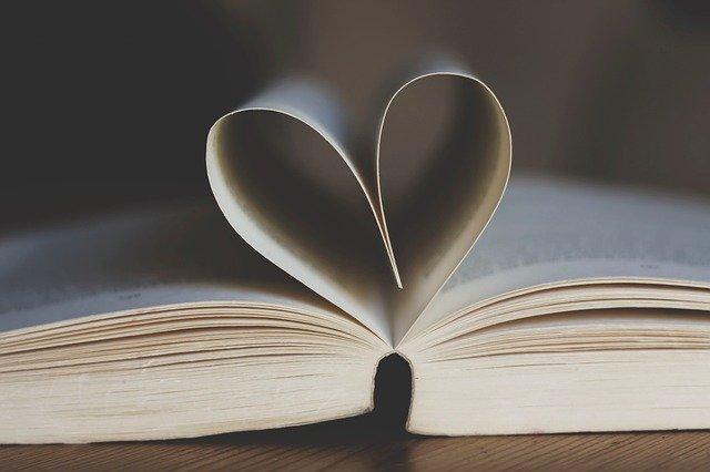 本のページで作ったハート