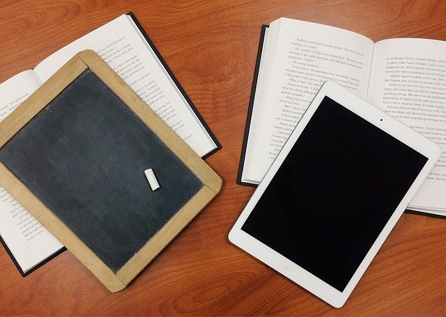 タブレットと本、黒板